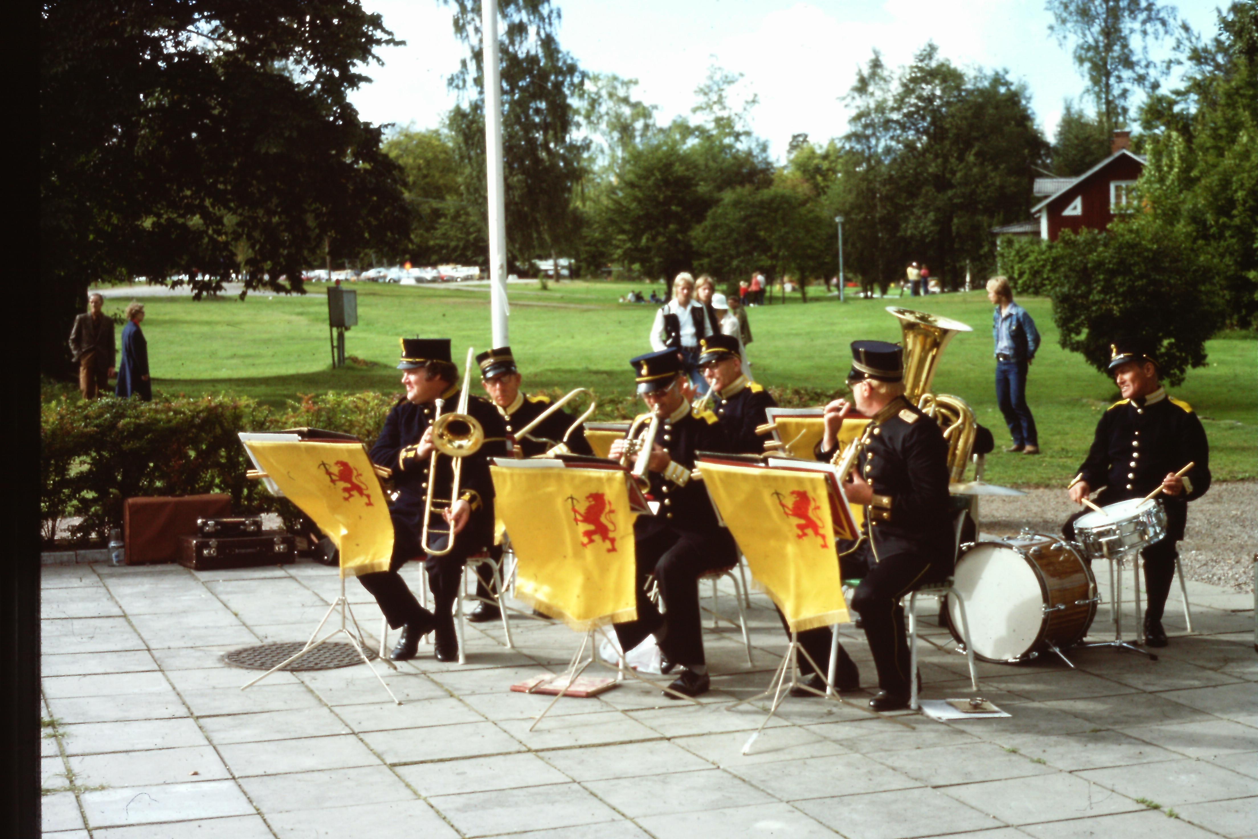 Under dagen spelade en del av Kungl. Kronobergs Regementes Musikkår under ledning av Erik Merbom. (Främre raden till höger)